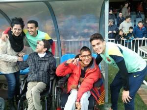 Els esportistes i voluntaris del CEAB amb els jugadors del Barça després de l'entrenament