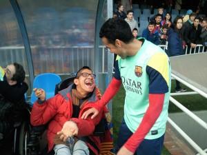 Xavi, jugador del Barça, saludant al Manu un dels esportistes del CEAB